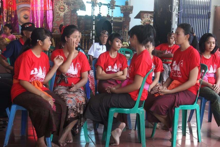 Para teruni yang akan menjadi peserta omed-omedan sedang bersiap menunggu acara dimulai