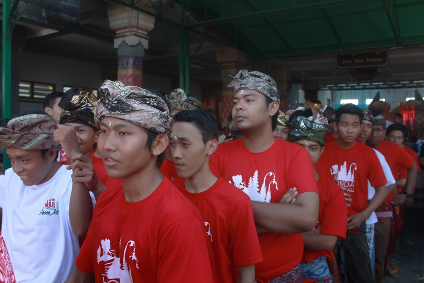 Para teruna sedang bersiap untuk memasuki arena tempat dilangsungkannya ritual omed-omedan
