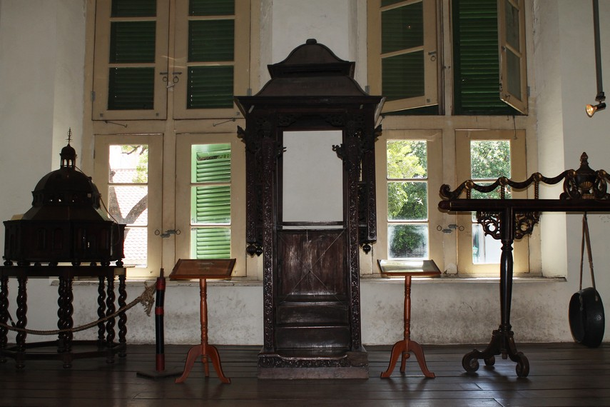 Salah satu koleksi lemari dan alat musik yang bisa kita jumpai di Museum Fatahillah