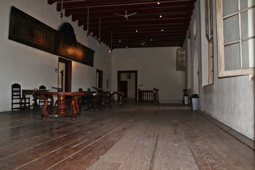 Meja dan kursi tua yang menjadi koleksi Museum Fatahillah