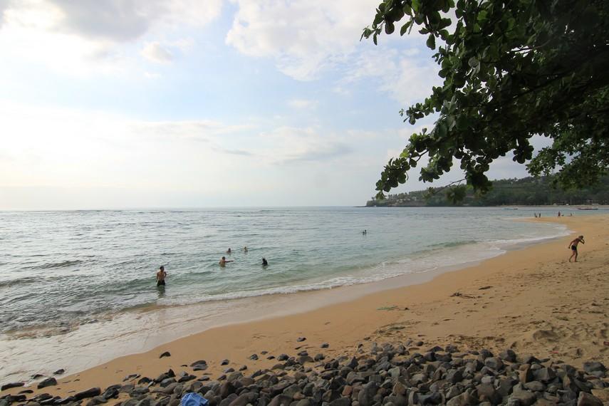 Pengunjung menjadikan arena Pantai Senggigi sebagai tempat yang pas untuk bermain air dan melepas kepenatan