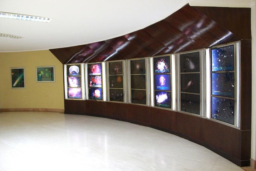 Ruangan pameran berisi berbagai poster yang membuka wawasan pengunjung tentang alam semesta dan benda langit