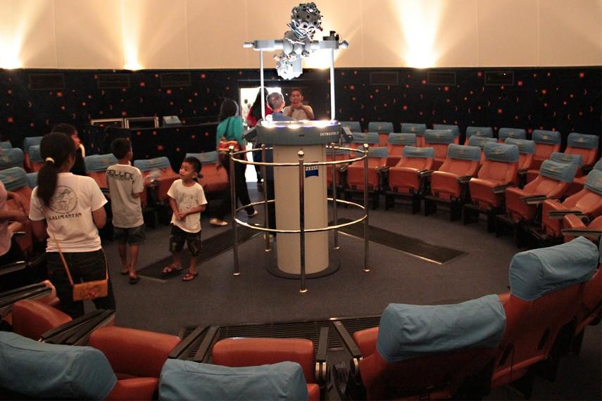 Melalui proyektor khusus, pengunjung dapat menyaksikan proyeksi berbagai benda langit dalam pertunjukan atraktif
