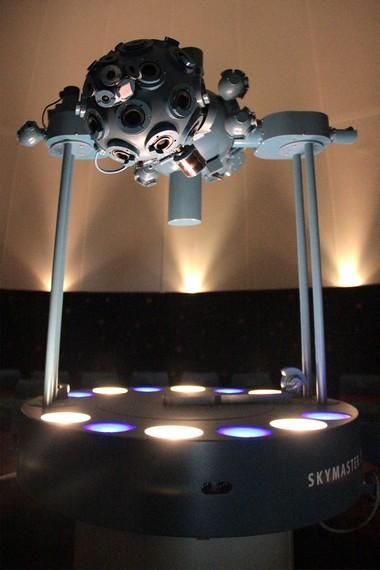 Selain proyektor utama, ruang pertunjukan Planetarium Tenggarong dilengkapi sembilan proyektor lainnya