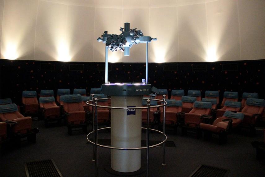 Ruang pertunjukan Planetarium Tenggarong berbentuk kubah dengan diameter kurang lebih 11 meter