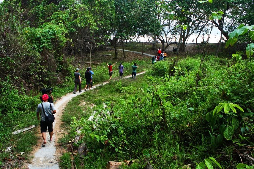 Untuk menjangkau pantai ini, pengunjung harus melewati jalur setapa sekitar 1,5 km jauhnya