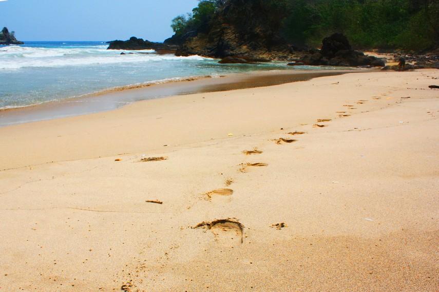 Berjalan menyusuri hamparan pasir putih membuat kita sejenak bisa merasakan suasana santai