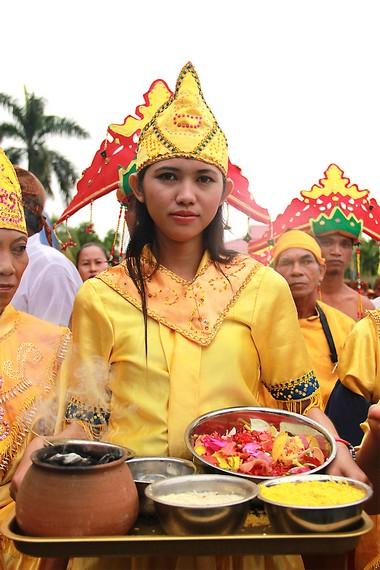 Sejumlah kelengkapan ritual dalam mengulur naga, antara lain beras kuning, arang wijen dan tepong tawar