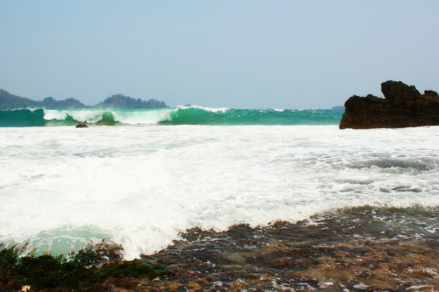 Seluas mata memandang hanya laut lepas dan gelombang ombak yang keras tersaji di pantai ini