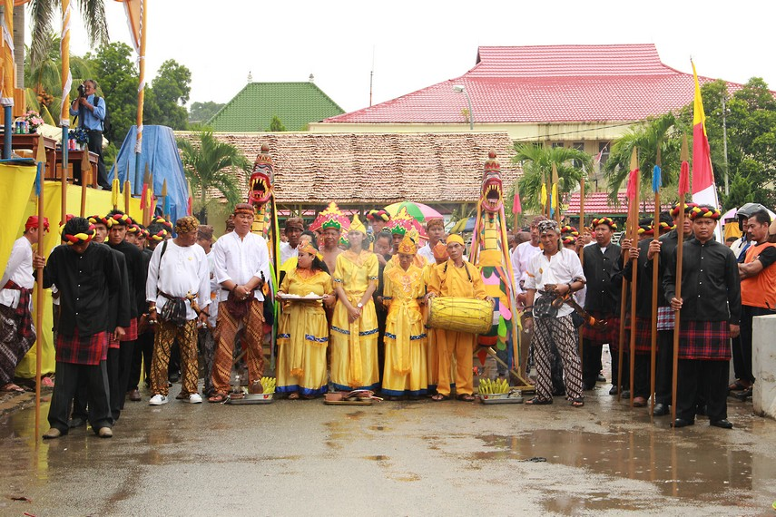 Rombongan ritual mengulur naga terdiri dari dewa, belian, pangkon dan kerabat kesultanan