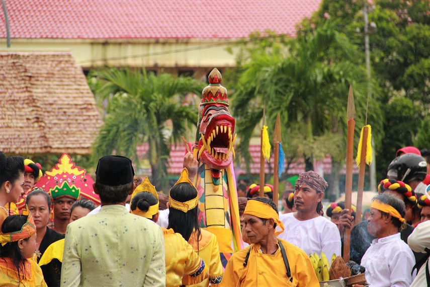 Perjalanan rombongan ritual mengulur naga saat bergerak dari keraton menuju dermaga