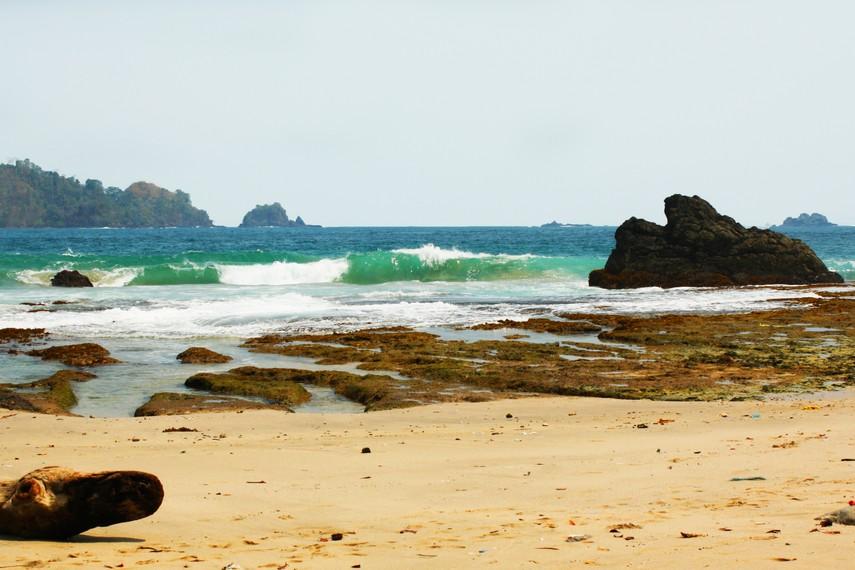 Di tepiannya hanya terlihat hamparan pasir putih diselingi gundukan karang alami