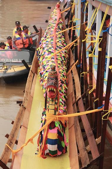 Replika naga diletakkan di kedua sisi kapal untuk dibawa ke Kutai Lama