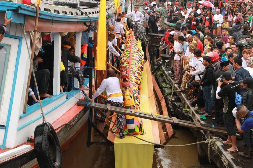 Suasana menjelang pelepasan rombongan mengulur naga menuju ke Kutai Lama