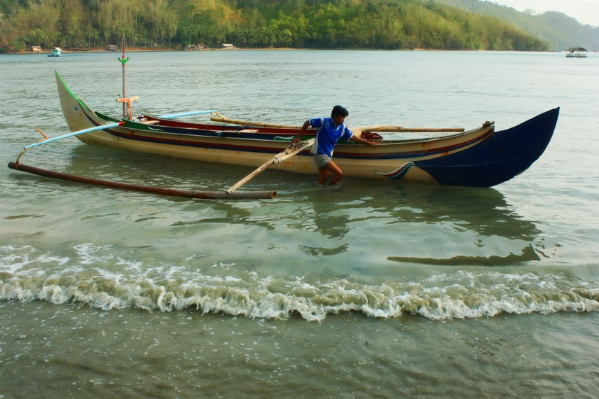 Dengan perahu ketinting, nelayan dapat mencapai Laut Jawa dan Ujung Kulon
