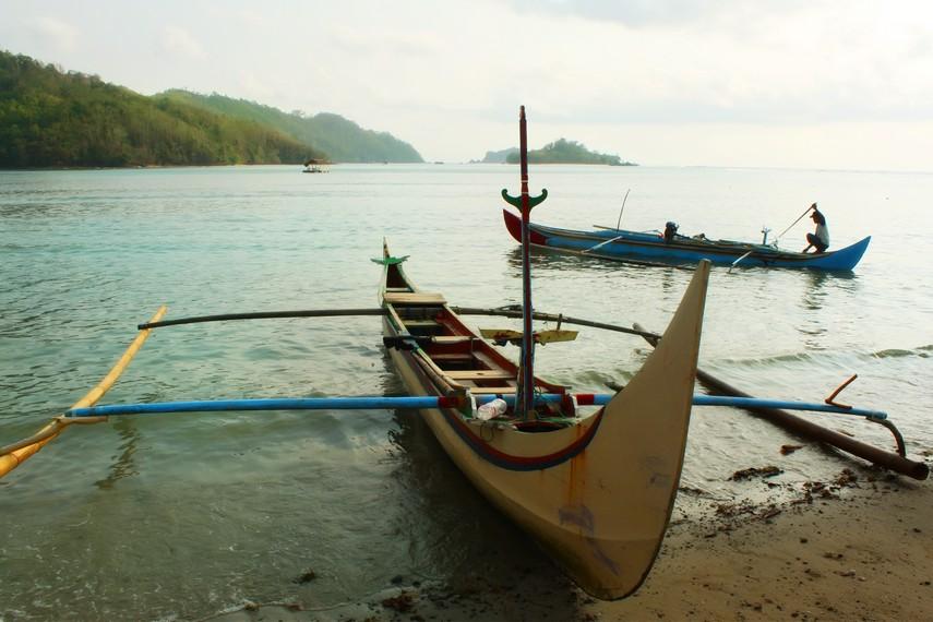 Katir (cadik) membuat perahu seimbang dan tahan menghadapi terpaan ombak dan angin