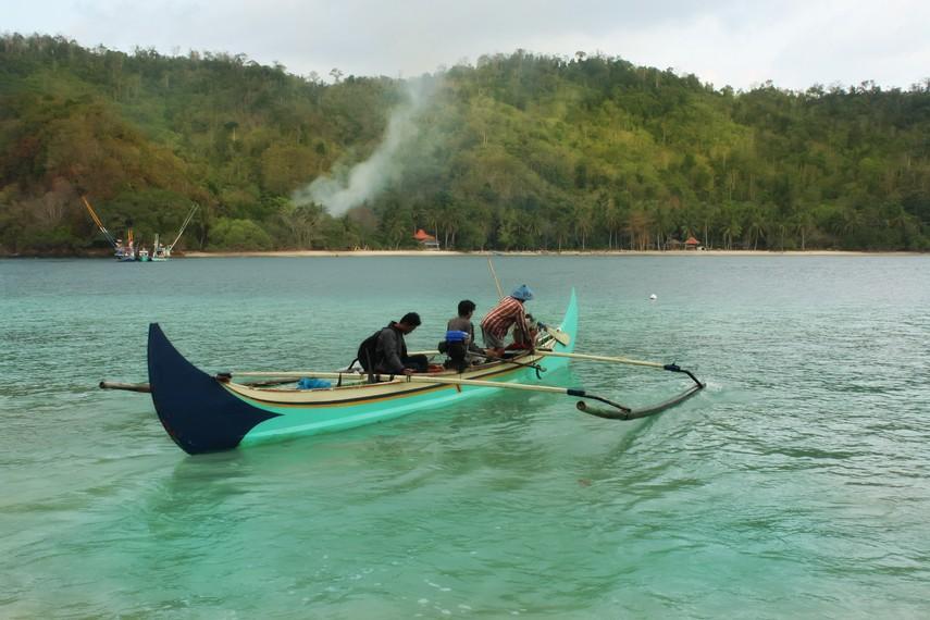 Ketika tidak melaut, perahu ketinting milik nelayan diberdayakan untuk penyeberangan dan wisata di kawasan Kiluan