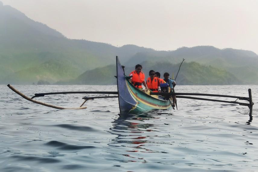 Sekelompok wisatawan lokal yang ikut dalam pengamatan lumba-lumba