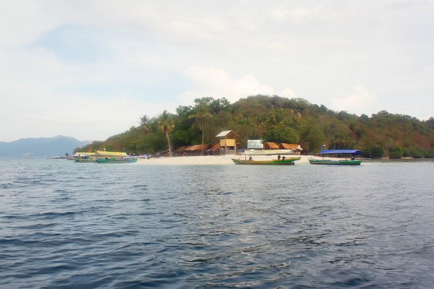 Pulau Tangkil terletak sekitar 1,5 km dari kawasan Pantai Mutun