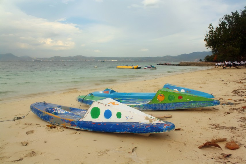 Perahu-perahu kecil yang dapat disewa pengunjung untuk bermain air di  Pulau Tangkil