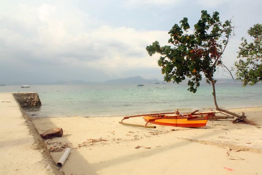 Pulau Tangkil memiliki pantai berpasir putih yang landai dengan air yang tenang