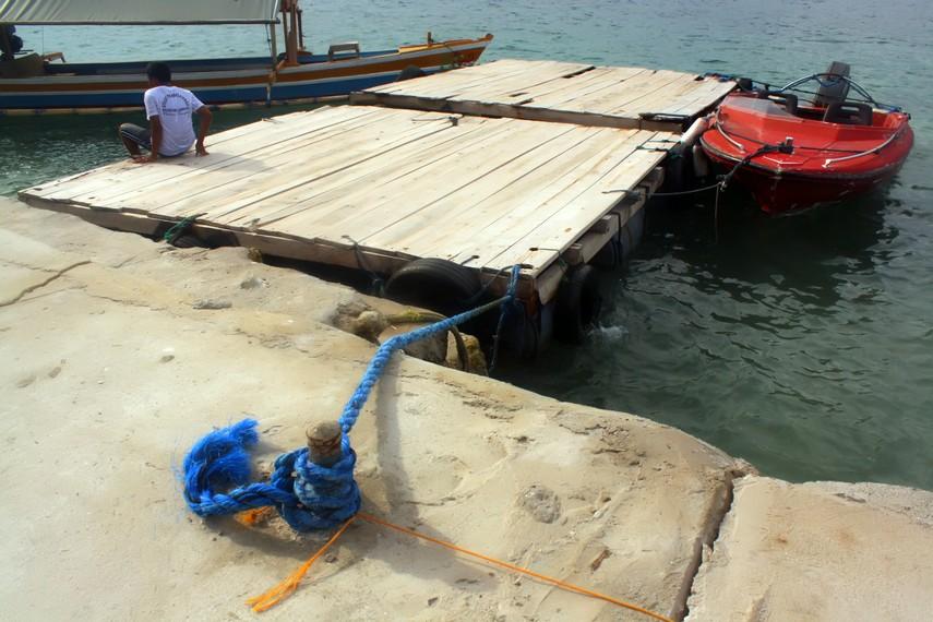 Pulau Tangkil dapat dijangkau dalam 10 menit perjalanan menggunakan perahu nelayan