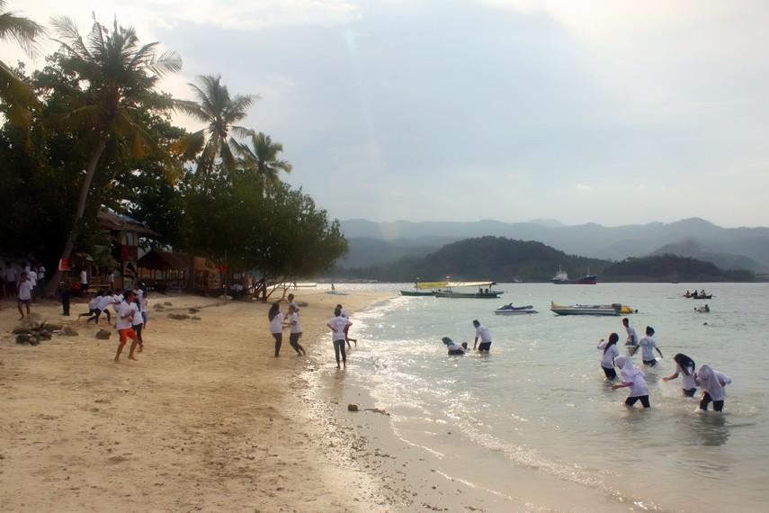 Airnya yang tenang membuat Pulau Tangkil menjadi tempat yang menyenangkan untuk bermain air