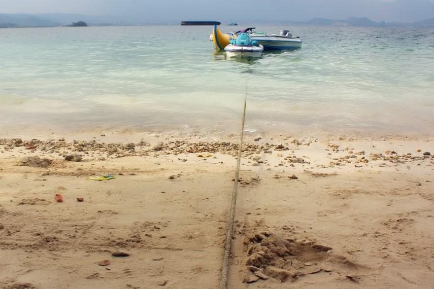 Pengunjung juga bisa menikmati sarana olahraga air yang tersedia antara lain banana boat dan jetski