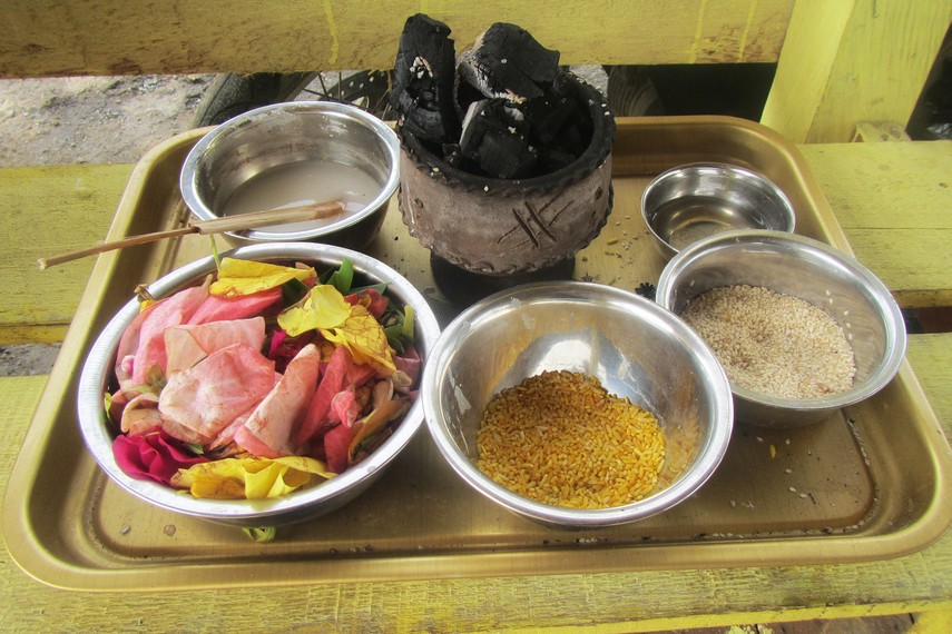 Sejumlah kelengkapan persembahan yang dibawa antara lain beras wija kuning, wijen, tepong tawar, arang, kembang dan telur