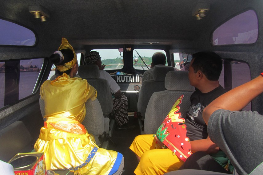 Rombongan utusan pengambil air ke Kutai Lama terdiri dari perwakilan kerabat Kesultanan Kutai, dewa dan belian