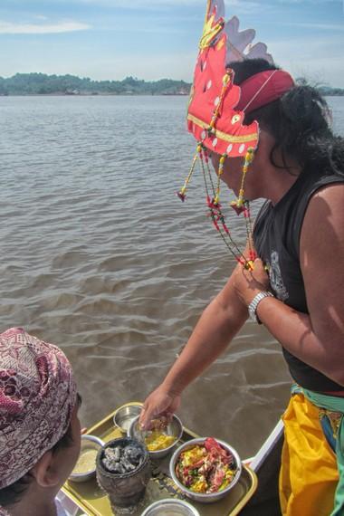 Dewa melakukan besawai di beberapa titik, yaitu Pulau Kumala, Loa Gagak, Pamerangan, Tepian Aji dan Tepian Batu