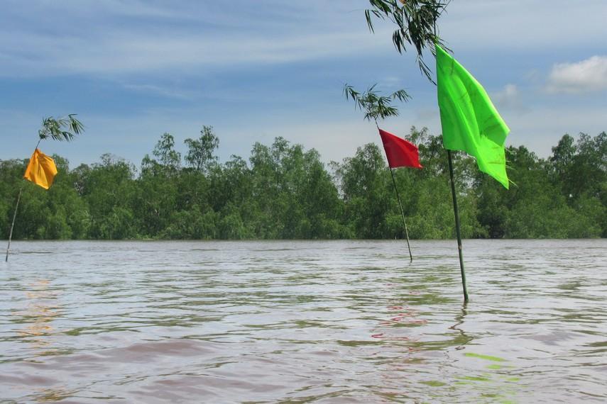 Tempat pengambilan air di kawasan Kutai Lama ditandai dengan tiga buah bendera