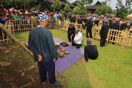 Para kokolot tengah bersiap melaksanakan ritual Majikeun Pare, yaitu ritual menggabungkan padi ke dalam lumbung