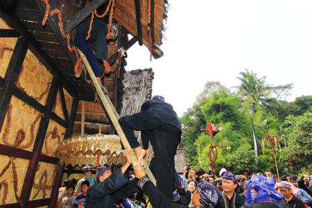 Sebelum dimasukkan ke dalam lumbung, padi diarak dengan menggunakan rengkong dari Imah Bali menuju alun-alun Kampung Budaya Sindang Barang