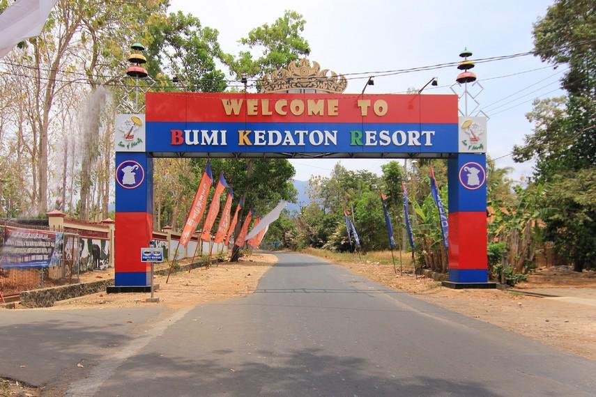 Gerbang Depan sekaligus pintu masuk menuju Kawasan  Bumi Kedaton Resort