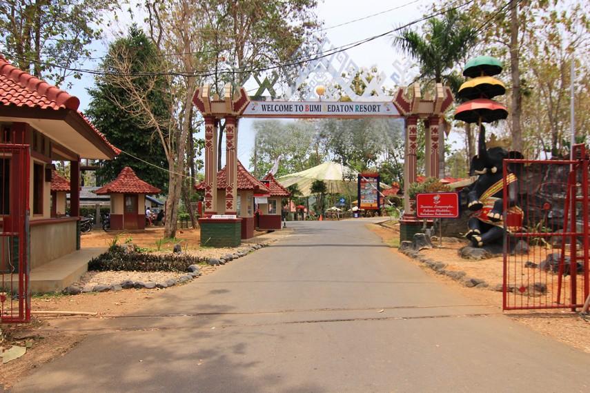 Pintu masuk pengunjung menuju Bumi Kedaton Resort