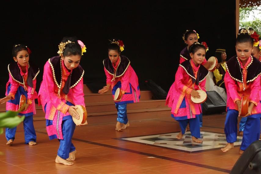 Tari zapin merupakan sebagian dari hasil akulturasi budaya lokal dengan budaya Arab