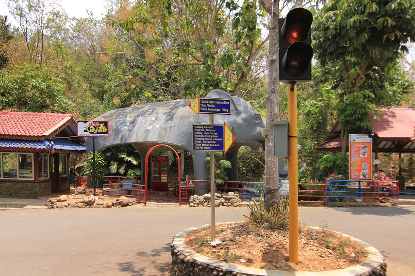 Taman Wisata Bumi Kedaton terletak di Jalan Wan Abdul Rahman 1-3,  Tanjung Karang Barat, Bandar Lampung