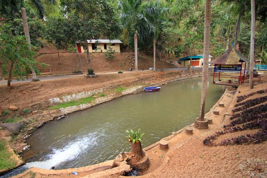 Di Kolam ini pengunjung dapat merasakan aktivitas berperahu kano