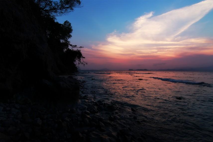 Pemandangan indah langit sore dari terowongan alam di sisi barat Pulau Condong