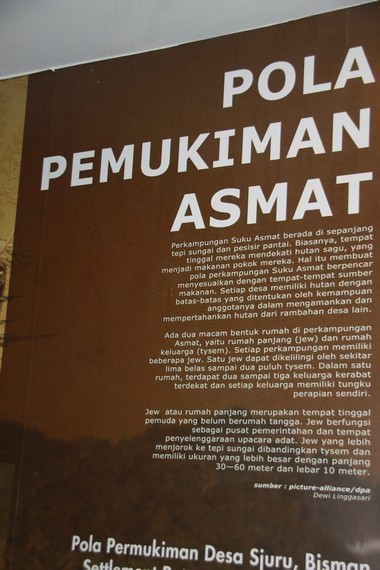 Poster informasi yang menjelaskan tentang pola pemukiman suku Asmat