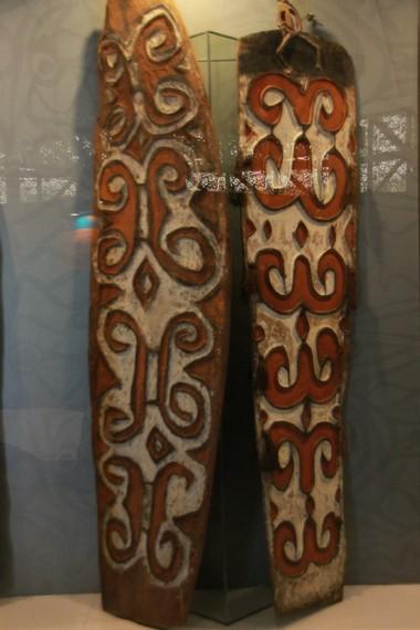 Perisai suku Asmat yang kerap digunakan dalam berburu dan berperang
