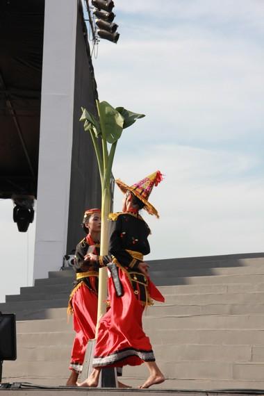 Gerakan menebas pohon pisang merupakan gerakan klimaks dalam pementasan tari Lummense