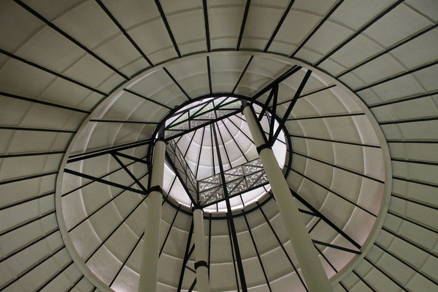 Struktur bagian dalam museum Asmat yang menggunakan gaya rumah kariwari