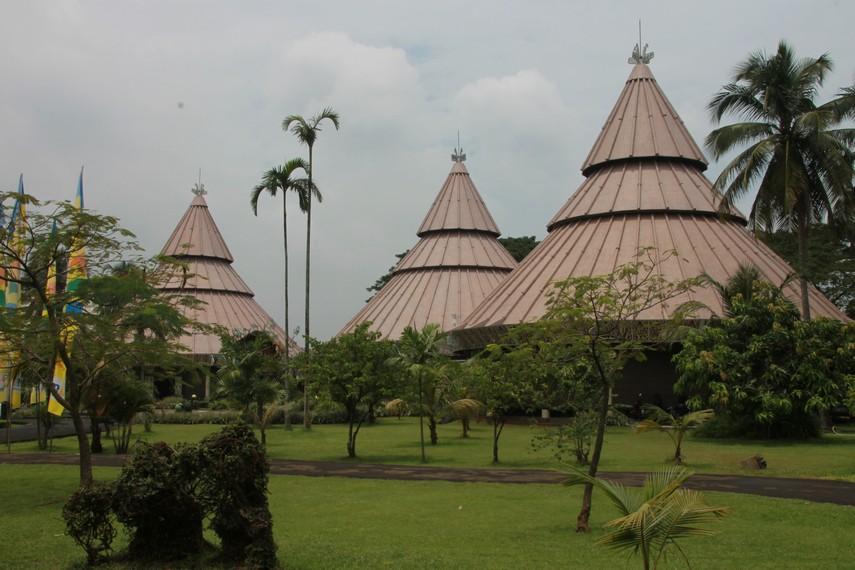 Rumah kariwari merupakan rumah pemujaan suku Tobati-Enggros yang merupakan penduduk asli di tepian danau Sentani