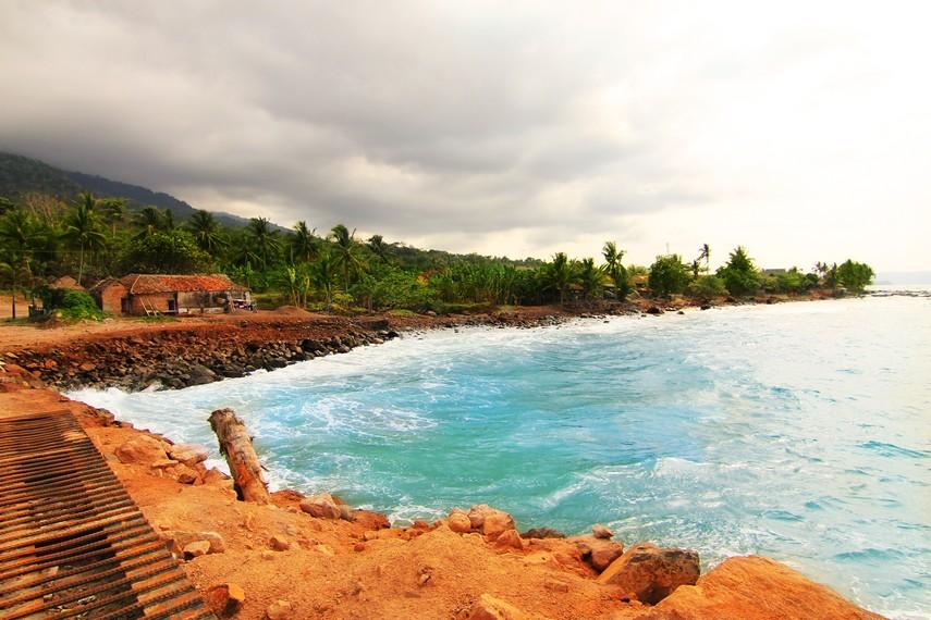 Pantai Wartawan yang berlatar pepohonan membuat pantai ini terasa asri saat dikunjungi
