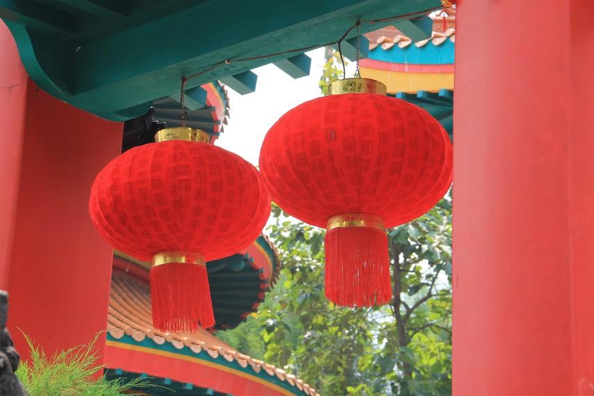 Bangsa Tionghoa diduga telah mengenal tradisi membuat lampion sejak era Dinasti Xi Han, sekitar abad ke 3 masehi