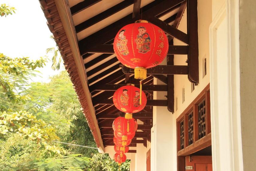 Dalam perayaan Imlek, biasanya lampion dipasang untuk menghiasi sudut-sudut jalan, klenteng, dan rumah-rumah masyarakat peranakan Tionghoa