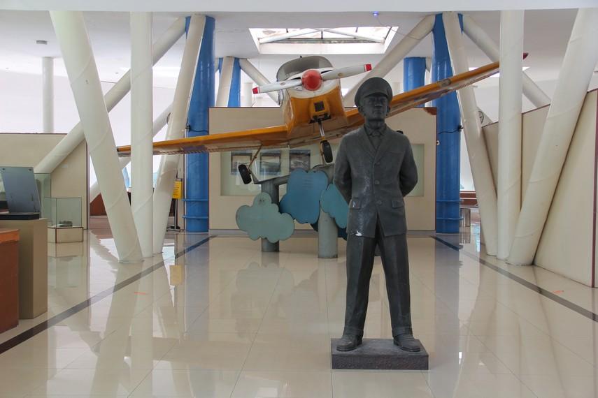 Di salah satu sudut ruangan pengunjung juga dapat melihat pesawat berukuran kecil yang menjadi alat transportasi di beberapa daerah