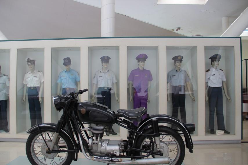 Motor dengan latar belakang patung karyawan yang bekerja di Dinas Perhubungan bisa dilihat di salah satu museum ini